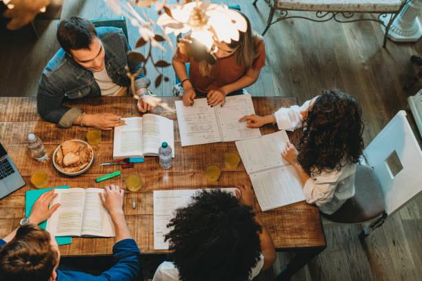 scrittori intorno ad un tavolo